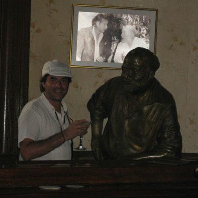 """El Floridita, La Habana (Cuba): tomando un daiquiri en El Floridita con Ernest Hemingway. El propio Hemingway decía """"Mi mojito en La Bodeguita, mi daiquiri en El Floridita""""."""