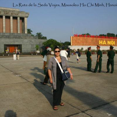 Plaza Ba Dinh, Hanoi (Vietnam): delante del Mausoleo de Ho Chi Minh en Hanoi, junto a la guardia que se da cita en el lugar desde primera hora de la mañana.
