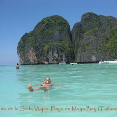 Playa Maya Bay, Golfo de Tailandia: dando un relajante baño en las cálidas aguas de la Playa Maya Bay.