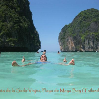 """Playa Maya Bay, Golfo de Tailandia: dando un relajante baño en la playa donde se rodó la película de Leonardo di Caprio """"The Beach""""."""