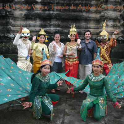 Templo de Angkor (Angkor Wat), Camboya: posando con personajes con los trajes tradicionales camboyanos pertenecientes a la cultura Jemer (Imperio Khmer).