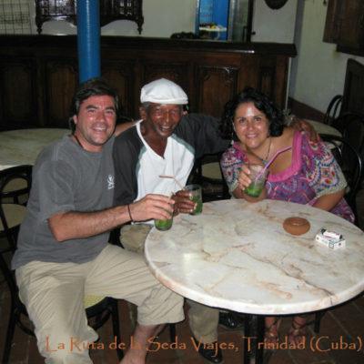 Trinidad, Cuba: en la Casa de la Música de Trinidad con nuestro amigo Ovidio tomando un mojito, después de echar unos bailes con el maestro.